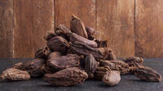 8 Amazing Black Cardamom Benefits & Uses