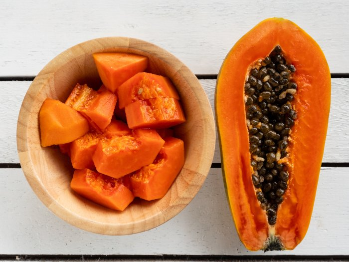 A Step-by-Step Guide To Cut & Eat A Papaya